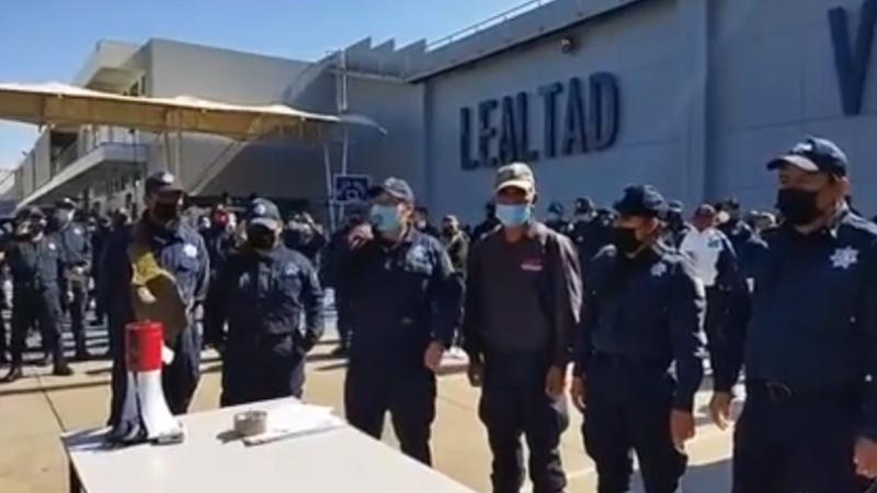 ESTALLA PARO DE POLICÍAS EN OAXACA Y TOMAN EL CUARTEL DE LA CORPORACIÓN