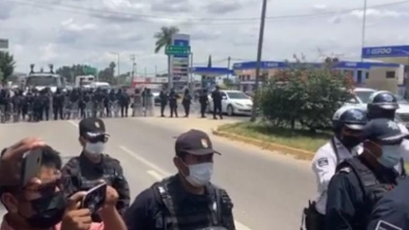 Impide policía del estado el bloqueo, por estudiantes normalistas, de la carretera de acceso del Aeropuerto de Oaxaca. Video