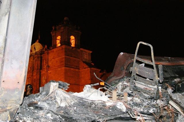Restos del tráiler de la Policía Federal incinerado en el zócalo de Oaxaca luego de violentos disturbios por la presencia de Felipe Calderón, presidente de México.