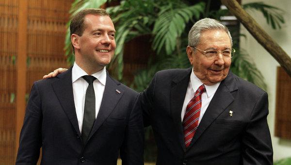 Dmitri Medvédev y Raúl Castro