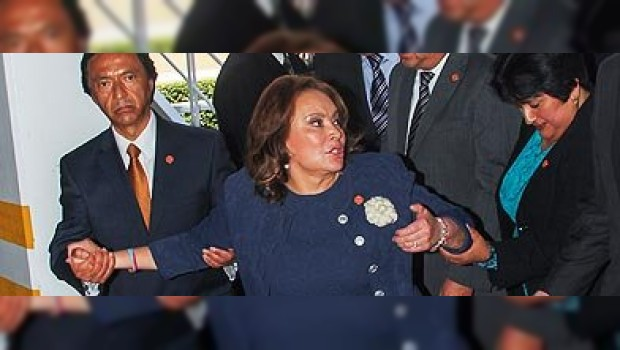Elba Esther Gordillo, detenida en el aeropuerto de Toluca (foto cuarto oscuro)