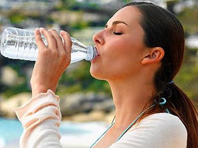 Durante la temporada de calor, recomiendan consumir abundantes líquidos y evitar la exposición solar