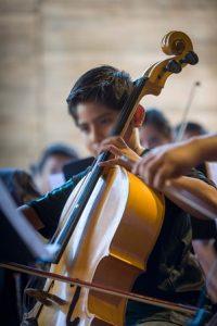 Osvaldo Abimael Robles Jiménez domina el violonchelo.