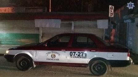 Recupera Policía Estatal taxi con reporte de robo y detiene a dos personas armadas