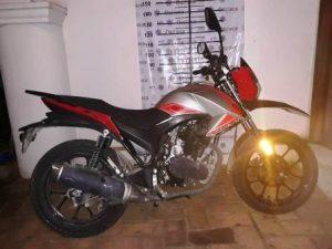 Motocicleta Vento 250, roja con gris, sin placa y serie LD3VB6BD9J1000384.
