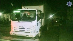 Camioneta Izuzu blanca con caja cerrada, modelo 2010, placas XU75020 del Estado de Veracruz y serie JAAN1R758A7901108.