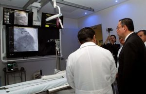 Recorre sala de hemodinamia, terapia endovascular, banco de tejido corneal.
