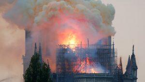 Se derrumba por completo el techo de la catedral de Notre Dame de París